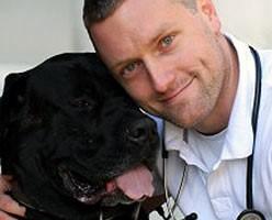 Tierarzt Dr. Gregor Berg mit Hund Heinrich